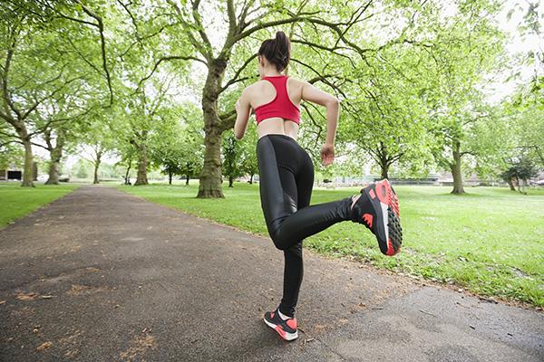 アスリートやボディービルダーはどうしてトレーニング中にコンプレッションタイツやシャツを着用するのでしょうか?